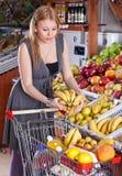 красивейшая девушка плодоовощ покупк Стоковая Фотография RF
