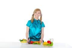 красивейшая девушка подготовляя детенышей салата стоковое фото rf