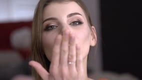 Красивейшая девушка посылает поцелуй воздуха видеоматериал