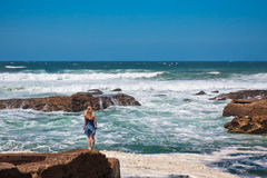 Красивейшая девушка против свирепствуя шторма моря Стоковая Фотография