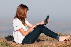 Красивейшая девушка работая на компьютере стоковые изображения rf