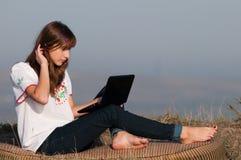 Красивейшая девушка работая на компьютере стоковые изображения