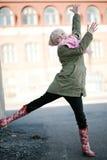 красивейшая девушка скача outdoors подростковое Стоковая Фотография RF