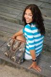 красивейшая девушка стенда сидит деревянное Стоковое Изображение