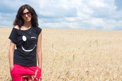 Красивейшая девушка стоя на поле пшеницы. Стоковые Изображения RF