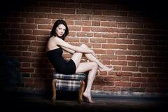 красивейшая девушка стула Стоковые Изображения RF