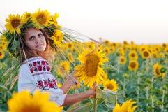 Красивейшая девушка с солнцецветом Стоковые Фотографии RF
