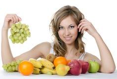 Красивейшая девушка с фруктом и овощем стоковое фото rf