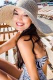 Красивейшая девушка с шлемом на пляже стоковая фотография rf