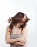 Красивейшая девушка трястиет ее головку стоковое изображение