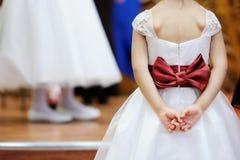 красивейшая девушка цветка s платья смычка Стоковые Фотографии RF