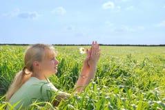 красивейшая девушка цветков маргаритки любит белые детеныши Стоковые Фото