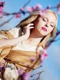 красивейшая девушка цветков около персика Стоковые Изображения