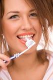 красивейшая девушка щетки изолировала белизну зуба Стоковое Изображение RF