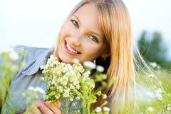 красивейшая девушка outdoors ослабляя Стоковые Изображения