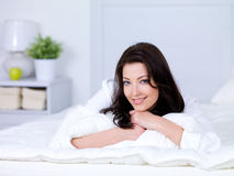 красивейшая домашняя smilling женщина стоковое изображение rf