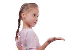 Рука выставки девушки ребенка открытая Стоковые Фотографии RF