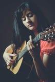 Красивейшая девушка играя гитару Стоковые Фотографии RF