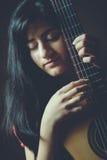 Красивейшая девушка играя гитару Стоковые Изображения RF
