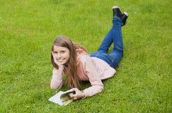 красивейшая девушка книги Стоковые Изображения