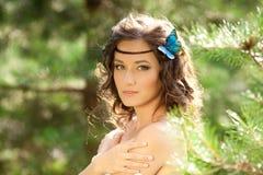 Красивейшая девушка на природе красивейшие девушки детеныши outdoors Насладитесь h Стоковые Изображения