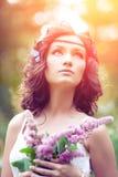 Красивейшая девушка на природе красивейшие девушки детеныши outdoors Насладитесь h Стоковые Фотографии RF