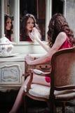 красивейшая девушка смотря зеркало Стоковая Фотография