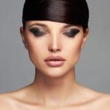 красивейшая девушка способа hairstyle край Профессиональный состав Молодая женщина красотки стоковая фотография