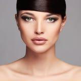 красивейшая девушка способа hairstyle край Профессиональный состав Молодая женщина красотки стоковая фотография rf