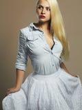 красивейшая девушка Стильная молодая белокурая женщина новая мода свадьбы стоковая фотография rf