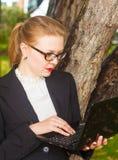 Красивейшая девушка с компьтер-книжкой Стоковое Изображение RF