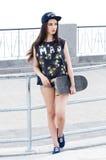 Красивейшая девушка с скейтбордом Стоковое Изображение RF
