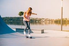 Красивейшая девушка с скейтбордом Стоковая Фотография