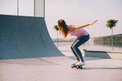 Красивейшая девушка с скейтбордом Стоковые Фото