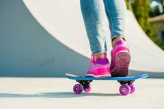 Красивейшая девушка с скейтбордом стоковые фотографии rf