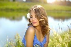 красивейшая девушка outdoors ослабляя стоковая фотография