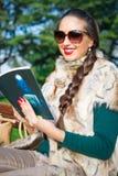 красивейшая девушка outdoors читая Стоковые Фото