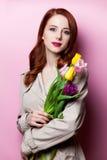 Красивейшая девушка redhead с цветками Стоковые Фотографии RF