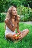 красивейшая есть женщина груши зеленого цвета травы Стоковые Фото