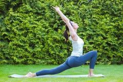 красивейшая делая йога девушки Стоковая Фотография RF