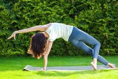 красивейшая делая йога женщины Стоковое Изображение
