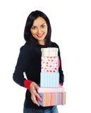 Красивейшая женщина брюнет держа присутствующие коробки Стоковое Фото