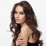 Красивейшая женщина брюнет Курчавые длинные волосы стоковое фото rf