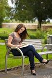 Красивейшая женщина брюнет читая книгу Стоковые Фото