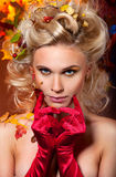 Красивейшая женщина в красных перчатках стоковые изображения rf