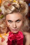 Красивейшая женщина в красных перчатках стоковая фотография rf