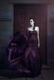 Красивейшая женщина в лиловом платье стоковые изображения rf