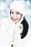 Красивейшая женщина в одеждах зимы на голубых светах Стоковые Фото
