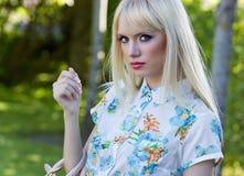 Красивейшая женщина в парке лета Стоковое Фото