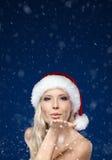 Красивейшая женщина в поцелуе дуновений крышки рождества стоковые фотографии rf